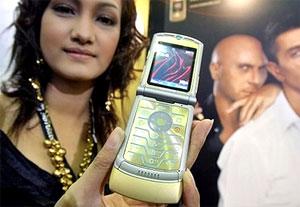 Người mẫu giới thiệu điện thoại Motorola V3 Gold D&G. Ảnh: AFP