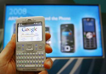 Điện thoại chạy hệ điều hành Android trình diễn lướt web. Ảnh: Cnet..