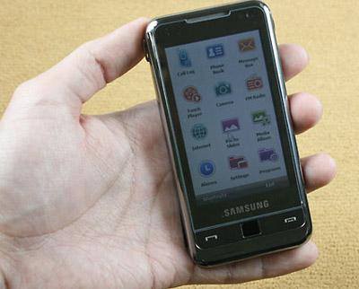 Samsung i900 sở hữu màn hình rộng cảm ứng rung. Ảnh: Cnet.