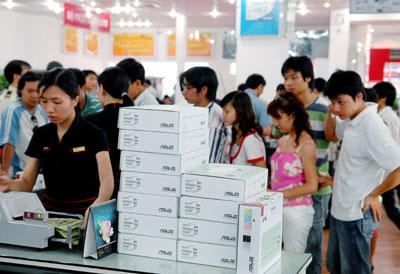 Xếp hàng mua Asus Eee PC tại Hà Nội ngày 17/5, ngày đầu tiên sản phẩm này chính thức được bày bán rộng rãi tại Việt Nam. Ảnh: Hoàng Hà.