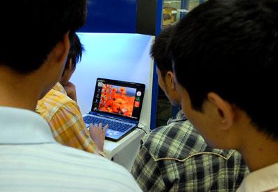 Máy tính xách tay giá rẻ đang thu hút sự chú ý của ngày càng nhiều người tiêu dùng Việt Nam. Ảnh: Hoàng Hà.