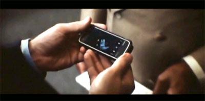Một cảnh trong phim The Dark Knight, nhân vật đáng sử dụng Nokia 5800.