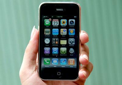 iPhone 3G gọn gàng trong lòng bàn tay và bỏ túi dễ dàng. Ảnh: Hoàng Hà.