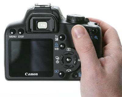 Người dùng có thể dễ dàng sử dụng 1000D bằng một tay. Ảnh: Dpreview.