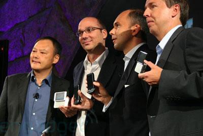 Lãnh đạo HTC, T-Mobile và Google tại lễ ra mắt G1. Ảnh: Engadget.