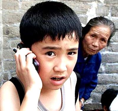 Trẻ bé cũng dùng điện thoại. Ảnh: AP.