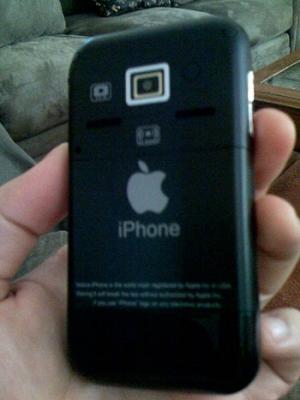 Mặt sau của iPhone 'nhái' với camera có đèn flash. Ảnh: Tinhte.