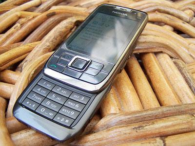 Nokia E66 khác E71 về thiết kế nhưng giống tính năng. Ảnh: Flickr.