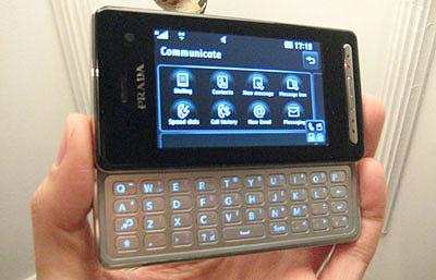 Prada II của LG hơn phiên bản đầu với bàn phím QWERTY. Ảnh: Cnet.