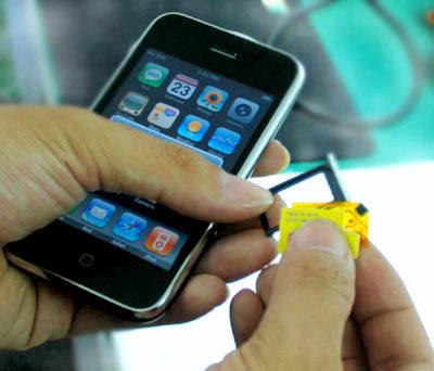 Phương pháp gọi điện trên iPhone 3G hiện tại là ghép SIM hoặc mở máy. Ảnh: Quốc Huy.