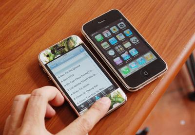 iPhone 3G 'bẻ khóa' thu hút nhiều sự quan tâm. Ảnh: Quốc Huy.