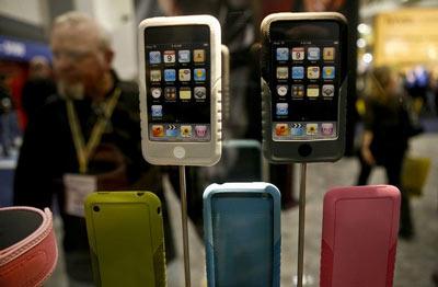 iPhone giá rẻ có thể ra mắt bên cạnh iPhone 3G mới. Ảnh: Reuters.