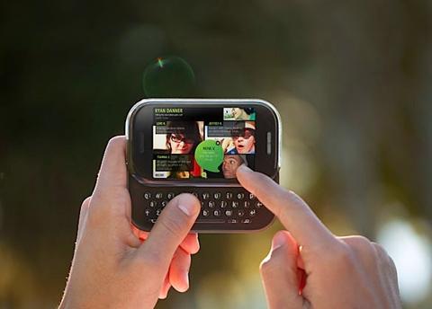 Kin 2 giống các điện thoại QWERTY trượt đang bán.