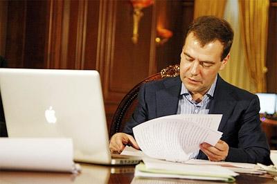 Dmitry Medvedev bên chiếc MacBook Pro của ông. Ảnh: MacDaily.