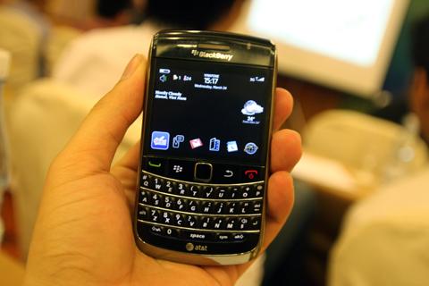 Bold 9700 của BlackBerry hạ hơn 300.000 đồng. Ảnh: Quốc Huy.