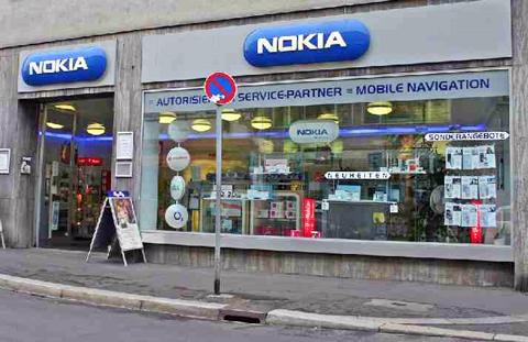 Nokia đã chậm hơn iPhone trong việc ra mắt các mẫu di động cao cấp. Ảnh: Solarnavigator.