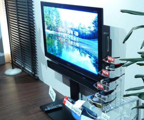 Panasonic Viera RT2B là mẫu Plasma 3D đầu tiên được tích hợp ổ ghi Blu-ray. Ảnh: Tech-on.