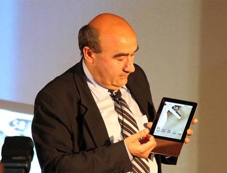 Gianfranco Lanci giới thiệu máy tính bảng của Acer. Ảnh: Geek.