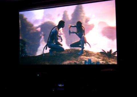 Xem 3D tại gia với màn hình từ 100 đến 300 inch như tại các rạp chiếu phim.