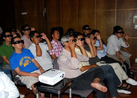 Lần đầu tiên có thể xem 3D tại nhà với máy chiếu trên màn hình lớn.