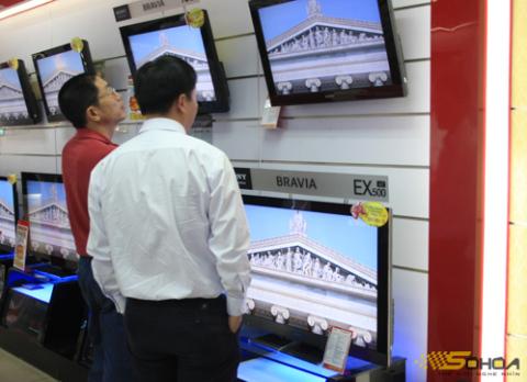 Lượng khách hàng quan tâm và tìm mua TV trong tuần đầu tháng khuyến mại tại Hà Nội chưa lớn. Ảnh: T.A.