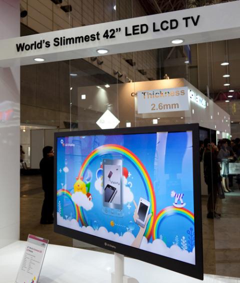 Mẫu màn hình TV LED 42 inch mỏng nhất thế giới của LG. Ảnh: Akihabaranews.