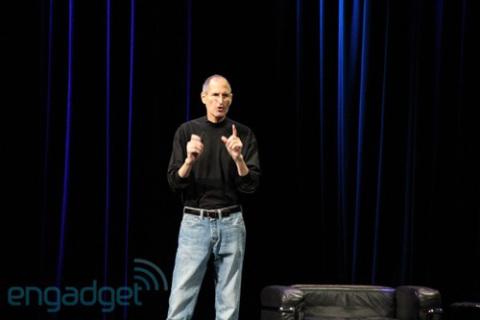 Steve Jobs, CEO của Apple vẫn tiếp tục là người trực tiếp giới thiệu iPad 2. Ảnh: Engadget.
