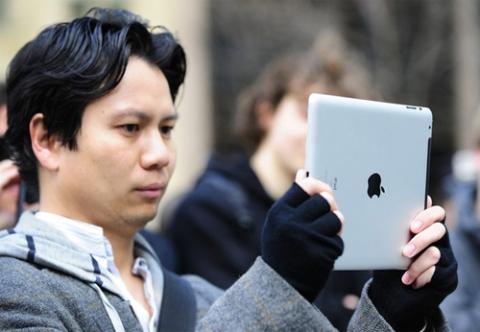 iPad 2 đang tạo ra cơn sốt tương tự như bản đầu tiên. Ảnh: Daylife.