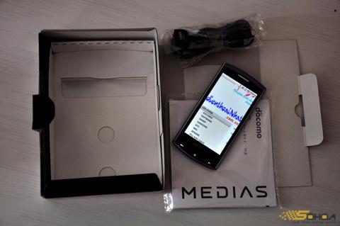 NEC đi kèm các phụ kiện cơ bản như sạc, tai nghe, dây kết nối USB.