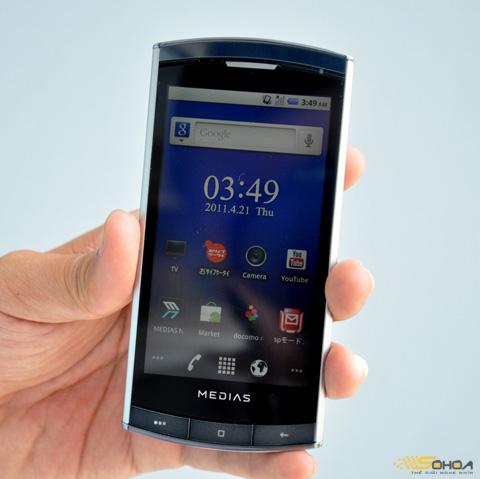 Màn hình 4 inch của máy khá sáng, NEC để giao diện Android nguyên bản.