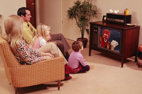 Internet cùng các dịch vụ truyền thống đang gây ảnh hướng tới việc giải trí truyền thống bằng TV. Ảnh: Howstuffwork.