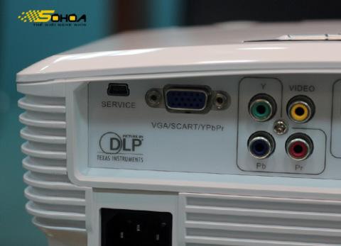 Model này sử dụng công nghệ đèn chiếu DLP của Texas Instruments.