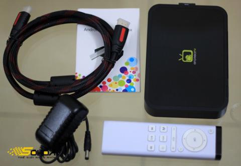 Phụ kiện đi kèm chỉ gồm có bộ nguồn, dây HDMI và điều khiển từ xa.