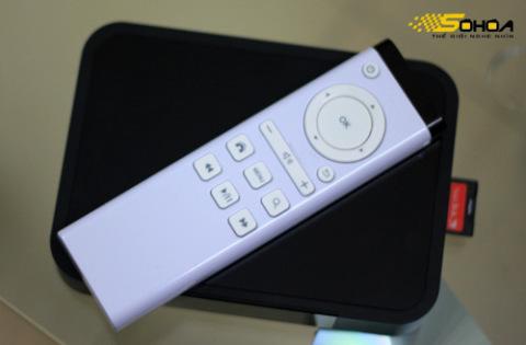 Điều khiển từ xa ít phím bấm nhưng hỗ trợ điều khiển bằng con trỏ ảo trên màn hình nhờ vào các cảm biến hồng ngoại.