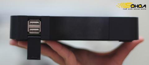 Mặt trước là hệ thống cảm biến cùng hai cổng USB 2.0 với nặp đậy bảo vệ.