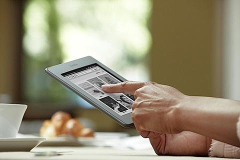 Sách điện tử Amazon Kindle Touch và Touch 3G sử dụng màn hình E-Ink hỗ trợ cảm ứng đa điểm.