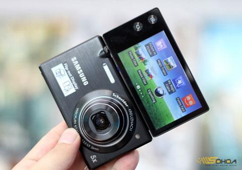 So với các thế hệ hai màn hình đi trước, MV800 linh hoạt hơn khi cho khung ngắm rộng nếu người dùng có nhu cầu tự chụp chân dung.