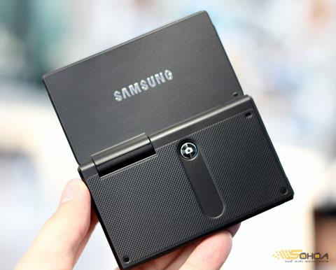 Phía sau, Samsung trang bị thêm một phím bấm chụp ảnh thứ hai khi dựng lên 180 độ.