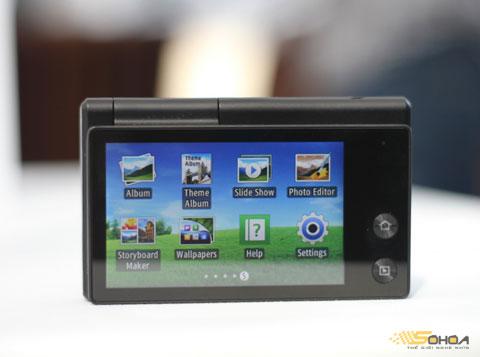 Màn hình 3 inch mặt sau, các nút bấm được tiết kiệm tối đa với một phím Home và phím xem ảnh.