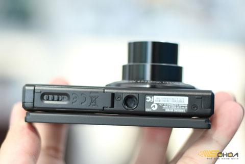 Khe cắm thẻ nhớ microSD và pin bên dưới.