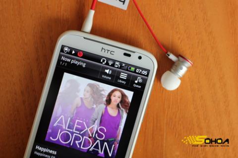 Cắm tai nghe Beats, phần nghe nhạc của XL tự khởi động chế độ âm thanh Beats Audio với biểu tượng màu đỏ.