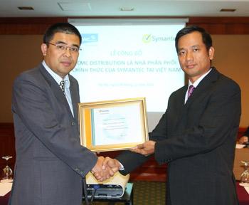 Ông Đào Anh Khánh (phải), Giám đốc kinh doanh Symantec Việt Nam, trao Giấy chứng nhận nhà phân phối cho ông Nguyễn Mạnh Toàn, Giám đốc điều hành Công ty TNHH Phân phối CMC.