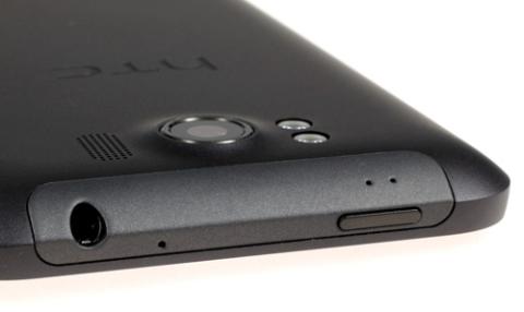 Nút nguồn và giắc tai nghe 3,5 mm nằm ở cạnh phía trên.