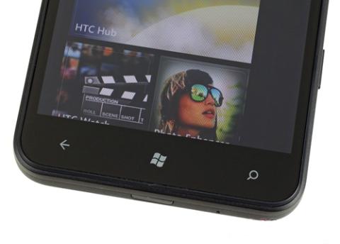 Bên dưới màn hình vẫn là ba nút cảm ứng đặc trưng ở hệ điều hành Windows Phone 7, thiết kế tương tự như ở model HD7 tiền nhiệm.