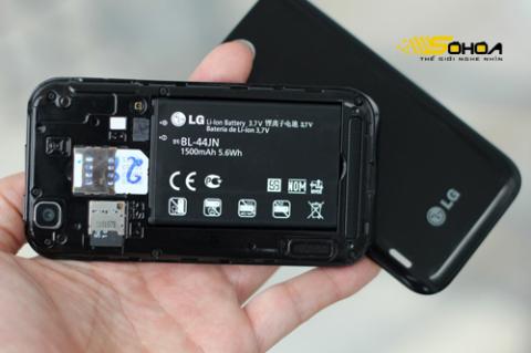 Khe cắm thẻ nhớ bên trong nắp lưng, pin BL-44JN với dung lượng 1.500 mAh.