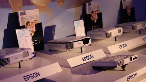 ...và một loạt sản phẩm khác được hãng giới thiệu hôm nay. Epson cho biết, máy chiếu của mình sử dụng công nghệ 3LCD, hiển thị hình ảnh sáng và nhiều màu sắc hơn các đối thủ.