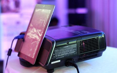 Model này có một dock kết nối, giống như loa nghe nhạc. Người dùng chỉ cần đặt máy vào, phát phim, ảnh, ngoài ra, sản phẩm có loa ngoài, hỗ trợ nghe nhạc được.