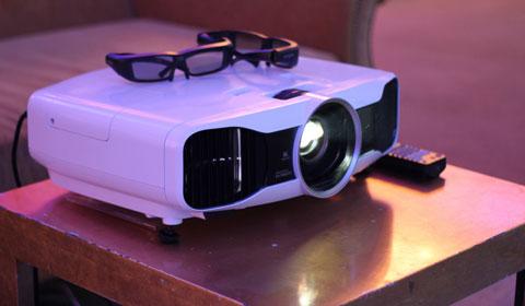 Epson cũng trình làng dòng máy chiếu 3D gồm EH-TW6-- và EH-TW800, cho phép đặt trong phòng giải trí gia đình. Máy chiếu này hỗ trợ chuyển phim từ 2D sang 3D.