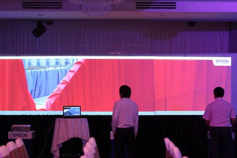 Các máy chiếu được ghép nối thành một màn hình dài cho các sự kiện.