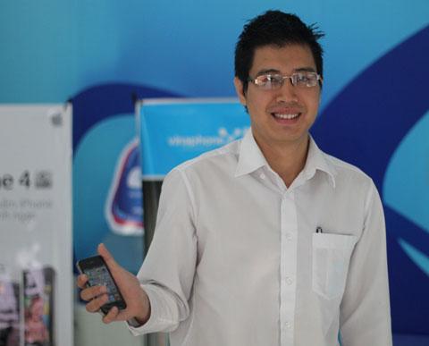 Anh Lê Trung Kiên, khách hàng đầu tiên mua iPhone 4S tại cửa hàng VinaPhone ở Nguyễn Du. Ảnh: Quốc Huy.